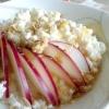 Рисова каша з сиром, яблуком і медом