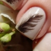 Витончений витончений манікюр: пір`я на нігтях